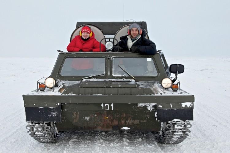 《地理杂志》作家戴安娜·拉尔茨和摄影师金峰。