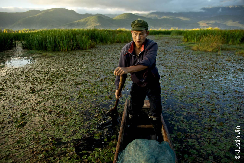 Рыбак плывет на лодке по легендарном озере Лугу Ху в провинции Сычуань на юго-западе Китая. Снимок был сделан во время работы над репортажем для журнала Geo.