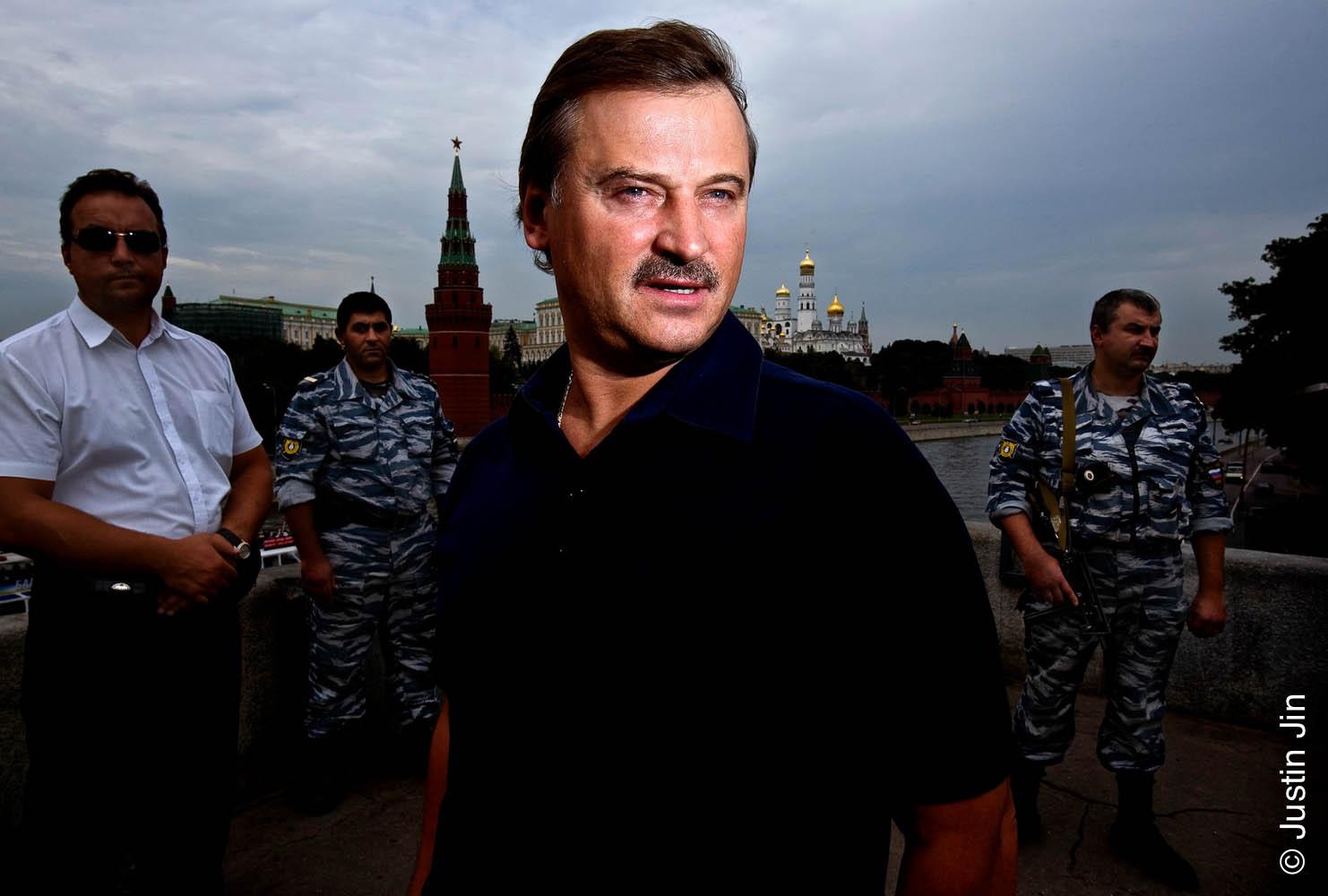 俄罗斯亿万富豪谢尔盖·Veremeenko在莫斯科克里姆林宫前摆拍。为了拍摄这张《福布斯》的人物特写,他的保镖阻断了交通并用机枪示意路人走开以腾出空地。