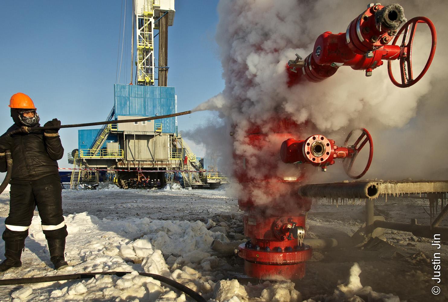 Пример из практики 1: Wintershall BASF Посреди замерзших пустынных земель Сибири немцам и русским приходится справляться с препятствиями в виде суровых климатических условий и политических разногласий, чтобы вместе обеспечивать Европу электричеством. Компания Wintershall, являющаяся крупнейшим поставщиком электроэнергии Германии и дочерним предприятием концерна BASF, ведут весьма непростой и деликатный диалог с Российской стороной. В 2010 году Wintershall назначила меня своим фотографом, чтобы показать сомневающейся немецкой общественности суть этих своеобразных партнерских отношений и обрисовать реальную ситуацию при помощи медиа-рассказа.